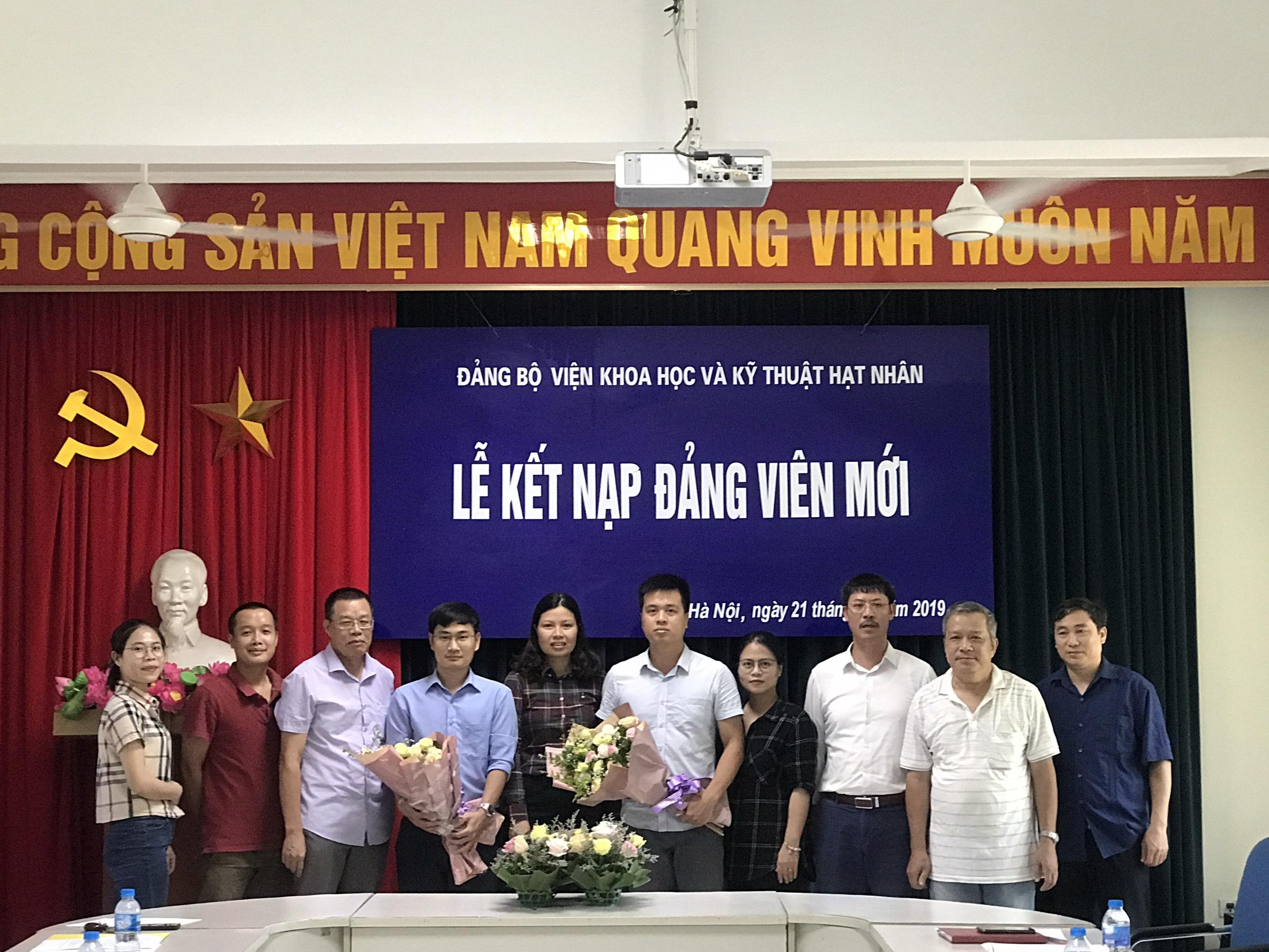 Lễ kết nạp đảng viên mới của chi bộ An toàn bức xạ và môi trường